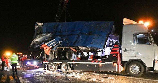 Acı Haber Yolcu Otobüsü TIR'a Çarptı Ölü ve Yaralılar var